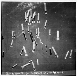 1943_Bombs_falling_Emden.jpg