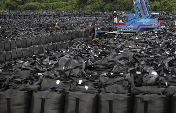 fukushima_radiation_debris_bags_naraha.jpg