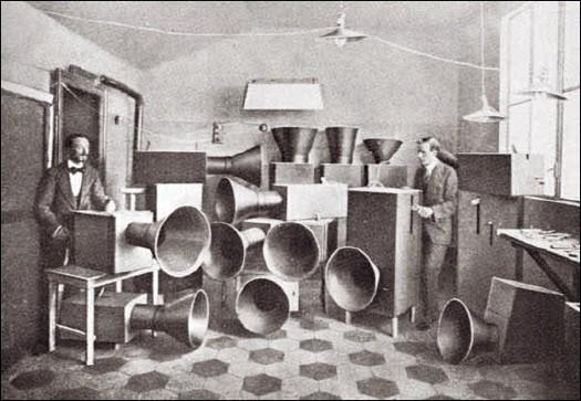 russolo_intonarumori_1919.jpg
