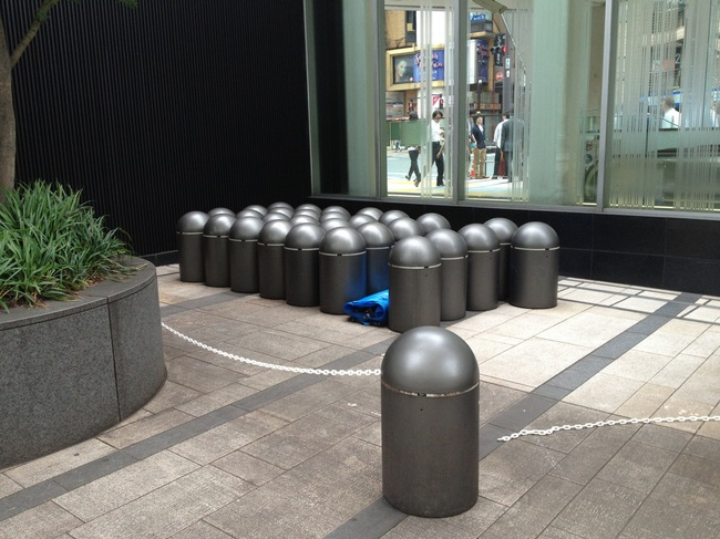 tokyo_midtown_stanchions.jpg